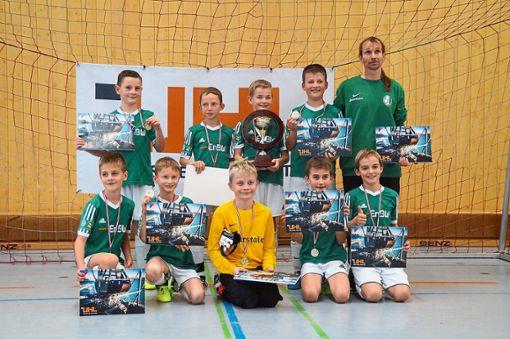 Die Siegerteams des neu geschaffenen Kies-Uhl-Cups: Der SV schapbach (linkes Bild9 siegte bei der E-Jugend, währen der SV Hausach bei der D-Jugend gewann.  Foto:  Heinzmann Foto: Schwarzwälder Bote