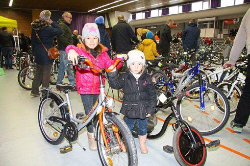 Vor allem die Kinder freuten sich über ein neues (oder vielleicht das erste?) Fahrrad. Foto: Schwarzwälder Bote
