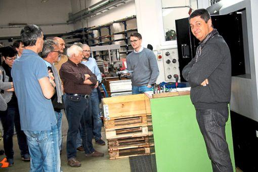 Bei einem Rundgang durch die Fertigung der Firma Schlösser im Untertal Gremmelsbachs zeigt Alexander Zeifang (Zweiter von rechts) den Kandidaten verschiedene Präzisionsteile – unter anderem auf diesen Alu-Plattenteller für die wieder auferstandene St. Georgener Plattenspieler-Firma PE, mithin eine Kleinstserie in Präzision.  Foto: Kommert Foto: Schwarzwälder Bote