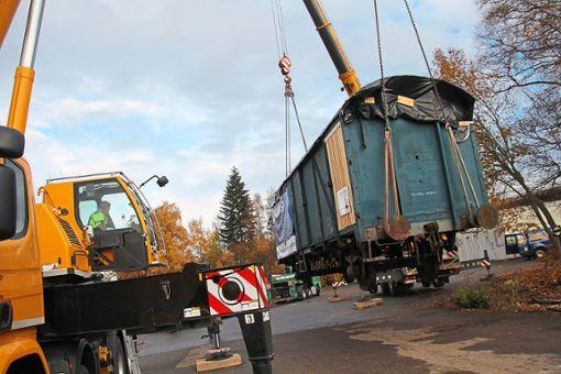 Der ausrangierte Güterwaggon wird in Richtung Titisee-Neustadt gebracht. Foto: Heinig