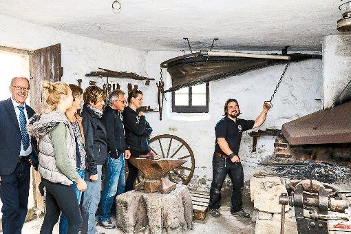 Im Schmiedemuseum am Dorfplatz zeigte Andreas Gutekunst (rechts) seine Schmiedekünste. Foto: Geisel