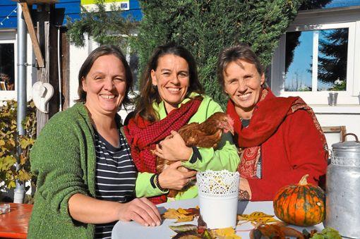 Sie sehen in der Bauernhofpädagogik einen wichtigen Baustein, das Thema Landwirtschaft wieder in die gesellschaftliche Mitte zu bringen (von links): Anja Kirchner, Beate Hauswirth-Eggs und Christine Hamester-Koch.     Foto: Armbruster