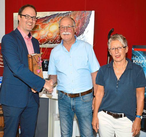 Bürgermeister Bernd Heinzelmann (links) gratuliert Wolfgang und Doris Schmid zum 40-jährigen Betriebsbestehen.                                                                                  Foto: Herzog Foto: Schwarzwälder Bote