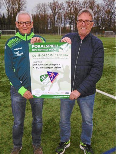 Walter Fürderer (rechts), der Fußball-Abteilungsleiter der DJK Donaueschingen, und der Spielausschuss-Vorsitzende Thomas Wild freuen sich als Hauptorganisatoren auf das große Pokalspiel am Gründonnerstag.  Foto: Georg Wild