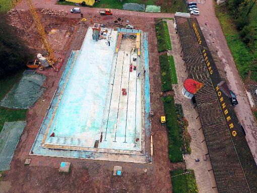 Die Freibadanlage von oben: Sie ist derzeit eine einzige Baustelle. Bis zum Saisonstart soll aber alles fertig sein.   Foto: Gräff