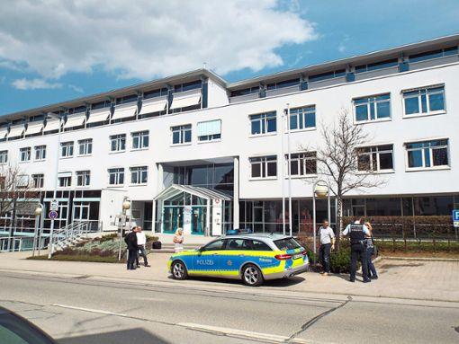 In Balingen (Zollernalbkreis) hat eine tickende Metallkiste in der Arbeitsagentur einen Großeinsatz der Polizei ausgelöst. Das Gebäude wurde geräumt, ein Entschärfungskommando rückte an. Nach kurzer Zeit konnte Entwarnung gegeben werden. Der verdächtige Gegenstand war eine Uhr. Foto: Schnurr