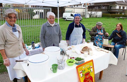 Anneliese, Erika und Lydia (Von links ) zeigen, wie man früher Butter machte. Karl bedient dabei das Blotzfass.  Foto: Stadler Foto: Schwarzwälder Bote