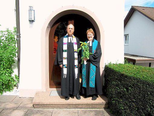 Pfarrer   Matthias Ahrens und Pfarrerin Anneliese Oesch vor der Kirche.  Foto: Kirchengemeinde Foto: Schwarzwälder-Bote