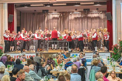 Zum  Abschluss des Konzerts der beiden Vereine traten alle Musiker gemeinsam auf die Bühne und spielten vier  Stücke.   Foto: Jelk Foto: Schwarzwälder Bote
