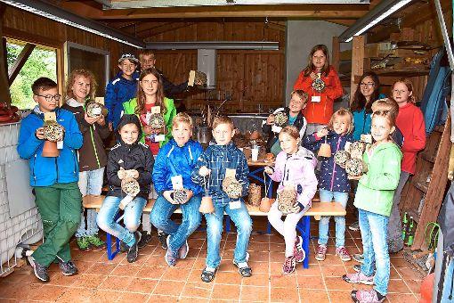 Das Ferienprogramm des OGV Empfingen war gut besucht. 15 Kinder kamen, um Insektenhäuser zu bauen.  Fotos: Baiker Foto: Schwarzwälder-Bote