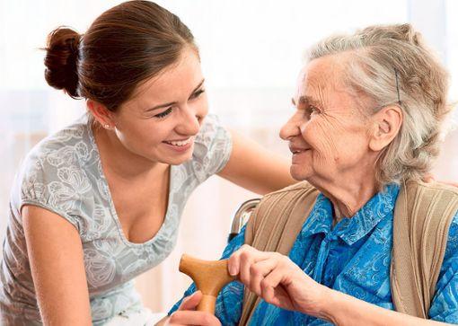 Die Tagespflege im Seniorenzentrum Sonnenhalde in Altensteig bietet einen umfangreichen Service.  Foto: © Alexander Raths – stock.adobe.com Foto: Schwarzwälder Bote