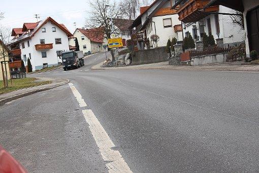 Beim Schwanen ist die Straße breit genug für eine Querungshilfe. Im Hintergrund biegt ein Lastwagen vom Hummelberg in die Böhringer Ortsdurchfahrt (Dietingen – Harthausen) ein. Foto: Schmidt