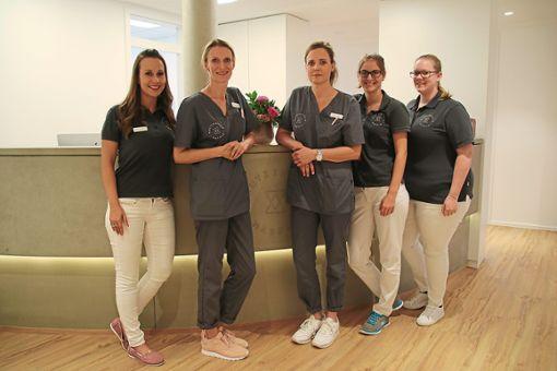 Die Hautärztinnen Annette Adamczyk (Zweite von links) und Wibke Dömeland-Wagner (Mitte) mit ihrem Team.  Foto: Müller