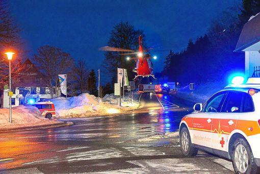 Ein Rettungshubschrauber der Schweizer Rega landet mitten auf der Kreuzung an der Escheckstraße in Schönwald. Dort wurde ein acht Jahre altes Kind von einer Dachlwaine verschüttet und lebensgefährlich verletzt.  Foto: Sprich