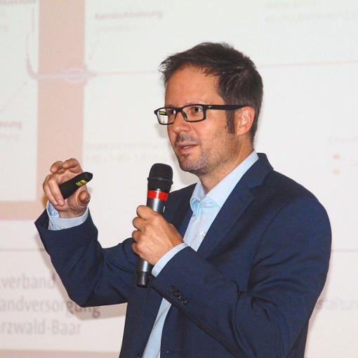 Der Geschäftsführer des Zweckverbandes Breitbandversorgung Schwarzwald-Baar, informierte die Zuhörer.   Foto: Heimpel Foto: Schwarzwälder Bote