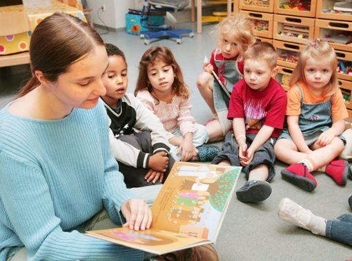 Eine Erzieherin liest den Kindern vor.  Symbolfoto: Deck Foto: Schwarzwälder Bote