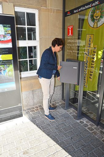 Pressereferentin Susanne Gorgs-Mager öffnet den Briefkasten – und findet keine weitere Bewerbung.  Foto: Fritsche
