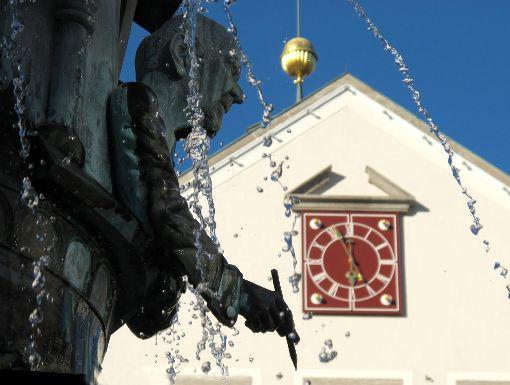 Viel wird  derzeit über Hechingen und seine Bürgermeisterin geschrieben. Auf Privatsphäre wird wenig Wert gelegt.   Foto: Rath