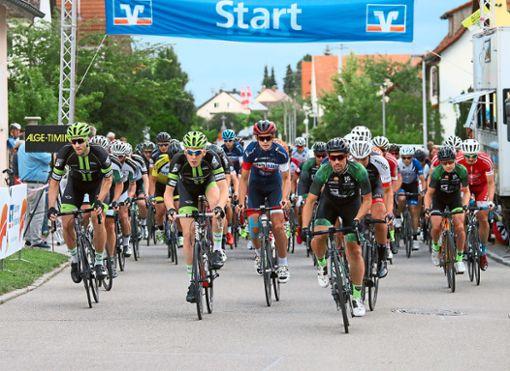 Der Startschuss für die Radrennsportler fällt am Mittwochabend in Trillfingen.  Foto: Kara