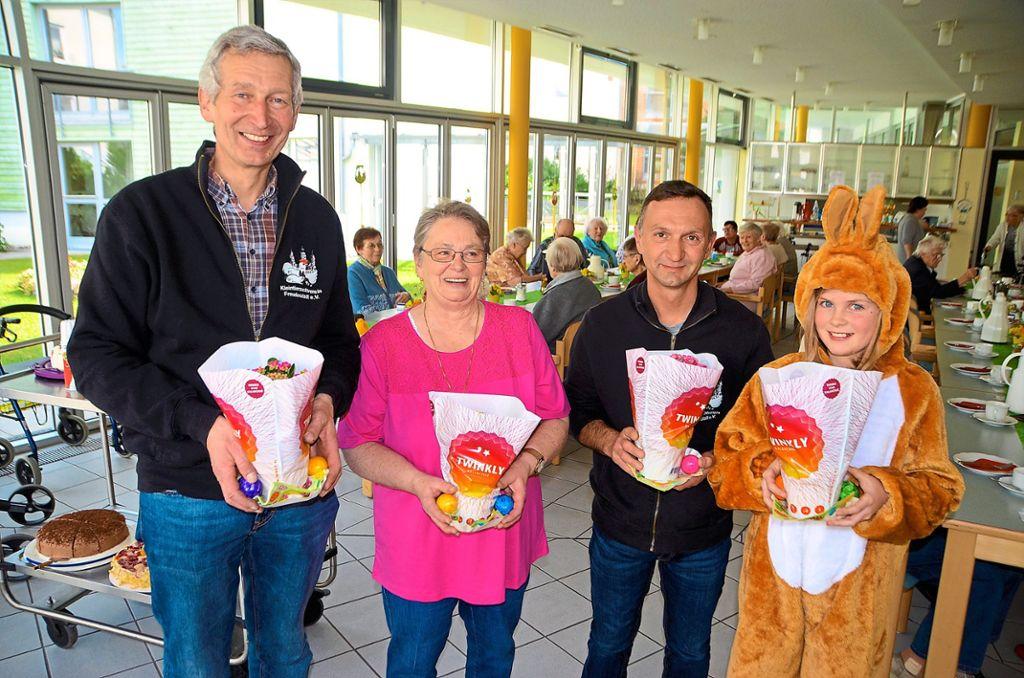 Freudenstadt Junger Osterhase Verteilt An Senioren Kleine Geschenke