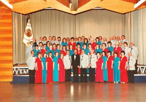 Schon als Chorgemeinschaft feierte eine bunte und große Sängerschar vor 35 Jahren im Nikolausheim das 140-jährige Bestehen des Gesangvereins Hausen mit dem damaligen Dirigenten Josef Vinskis (Bildmitte vorn). Foto: Schwarzwälder Bote