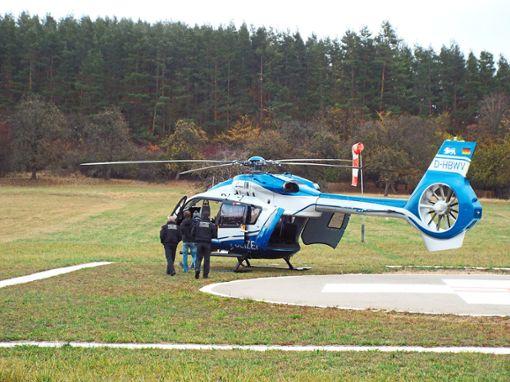 Stand für den Fall der Fälle parat: ein Polizeihubschrauber auf dem Landeplatz zwischen Balingen und Engstlatt. Foto: Schnurr
