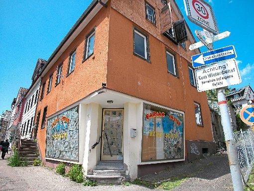 Heruntergekommen ist das Haus Rabenstraße 2, ehemals Parlak-Imbiss, direkt neben der Alten Post.  Auch dieses Haus soll abgerissen werden, um Platz für die neue Wohnanlage zu schaffen.    Foto: Liebau