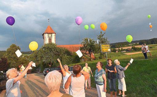 Postkarten mit Gebeten lassen die Mitarbeiter per Luftballons bei der Christuskirche aufsteigen.  Fotos: Maier Foto: Schwarzwälder Bote