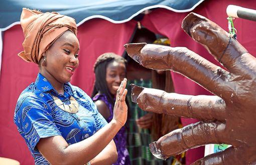 Beim Afrika-Fest auf dem Marktplatz wird auch wieder der Großpuppenspieler  mit von der Partie sein. Foto: Archiv