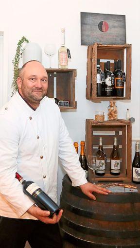 Pascal Marquardt wird künftig im ehemaligen Toscana, das nun Restaurant Zum Musikhaus heißt, kochen und Weine servieren.  Foto: R. Müller Foto: Schwarzwälder Bote