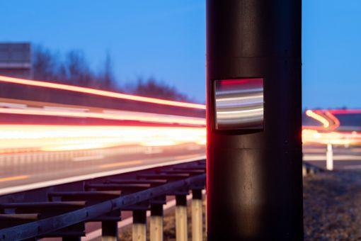 Autos fahren an einer Radarfalle für Tempoüberschreitungen an der B 27 bei Walddorfhäslach vorbei.  Foto: dpa