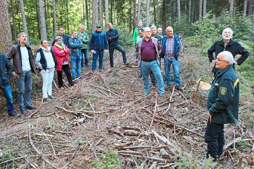 Förster Thomas Leser zeigt den Besuchern verschiedene Gebiete im Wald.  Foto: Hoffmann Foto: Schwarzwälder Bote