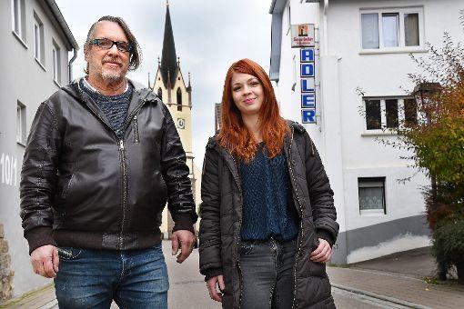 Michael Mlaker eröffnet  mit seiner Mitarbeiterin Vivian Gläser den Adler in Betra neu. Foto: Hopp