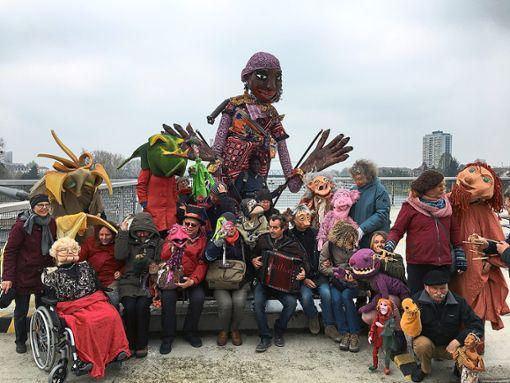 Trotz bescheidenem Wetter ließen sich die Puppenspieler nicht von ihrer Begegnung auf der Brücke zwischen Kehl und Straßburg am Sonntag abhalten.   Foto: Puppen-Parade Foto: Schwarzwälder Bote