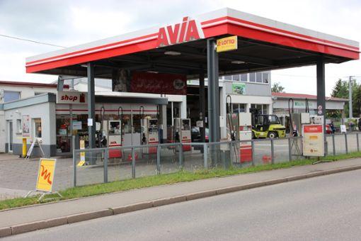 In der Nacht zum Mittwoch ist die Avia-Tankstelle in Eutingen von einem bewaffneten Räuber überfallen worden. Der maskierte Unbekannte zwang die Kassiererin mit einer Waffe zur Herausgabe des Geldes. Foto: Feinler