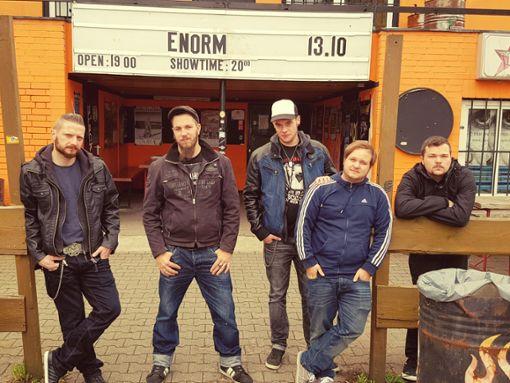 Rockmusik ist ihre Leidenschaft: Die Band aus Villingen mischt seit elf Jahren die Szene auf. Live zu erleben sind die Thekenproleten auf dem Waldpogo-Festival in Hattingen am 25./26. Mai.   Foto: Thekenproleten Foto: Schwarzwälder Bote