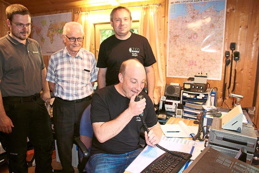 Die weltweite Kommunikation per Funk demonstrieren:  (von links)    Felix Künneke, Franz Käser, Jürgen Müller und Jürgen Kraft. Foto: Hübner Foto: Schwarzwälder-Bote
