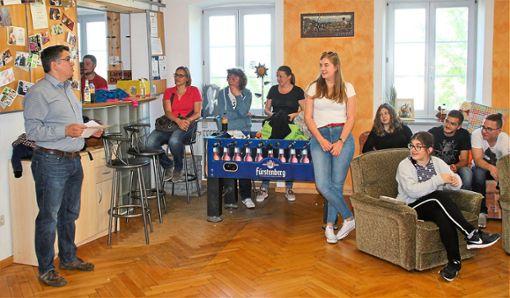 Mathias Schleicher (links) überbrachte die Aufgabe für die Landjugend Dauchingen zur 70-Stunden-Aktion: Es wird ein Freiluft-Klassenzimmer für die Astrid-Lindgren-Schule gebaut. In der Mitte die Co-Vorsitzende Ann-Kathrin Treiber.   Foto: Preuß Foto: Schwarzwälder Bote
