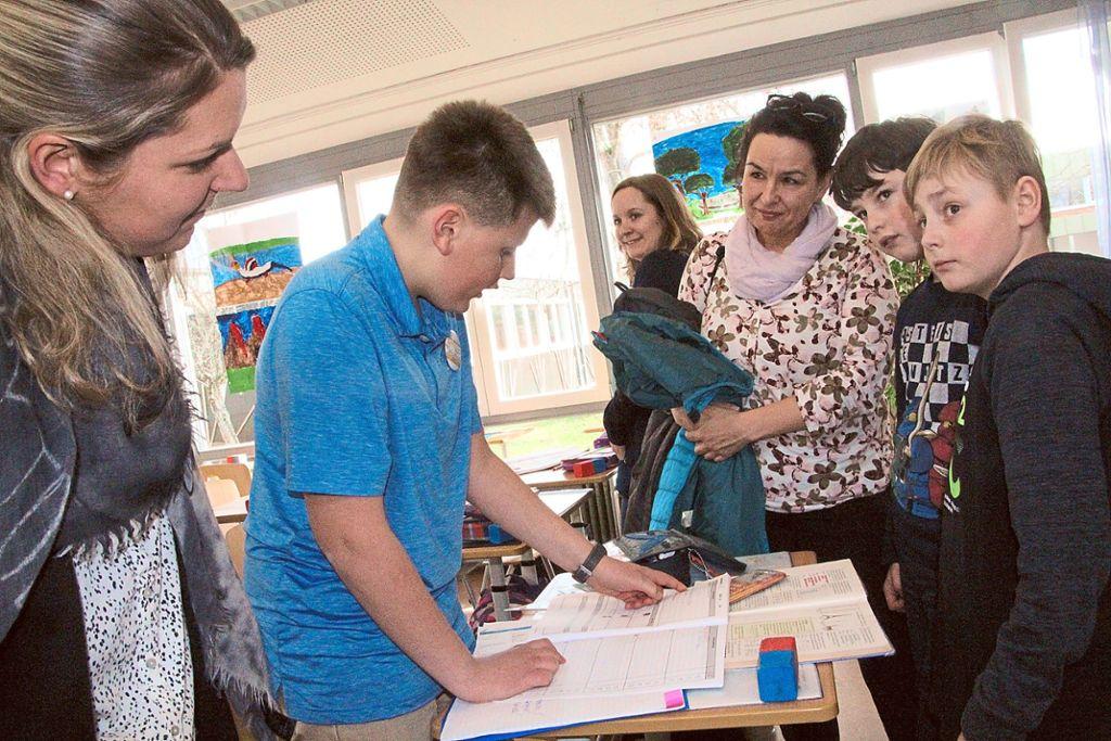 Matthias aus der 5a erklärt den Besuchern des Lernfestes, wie an der Goldenbühlschule gelernt wird.  Foto: Heinig Foto: Schwarzwälder Bote