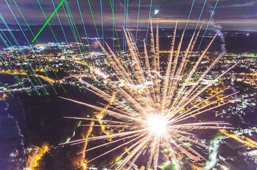 Beeindruckende Aufnahme vom Feuerwerk  im vergangenen Oktober. Einzelne Raketen haben Spuren auf der Membran hinterlassen.  Foto: Nädele