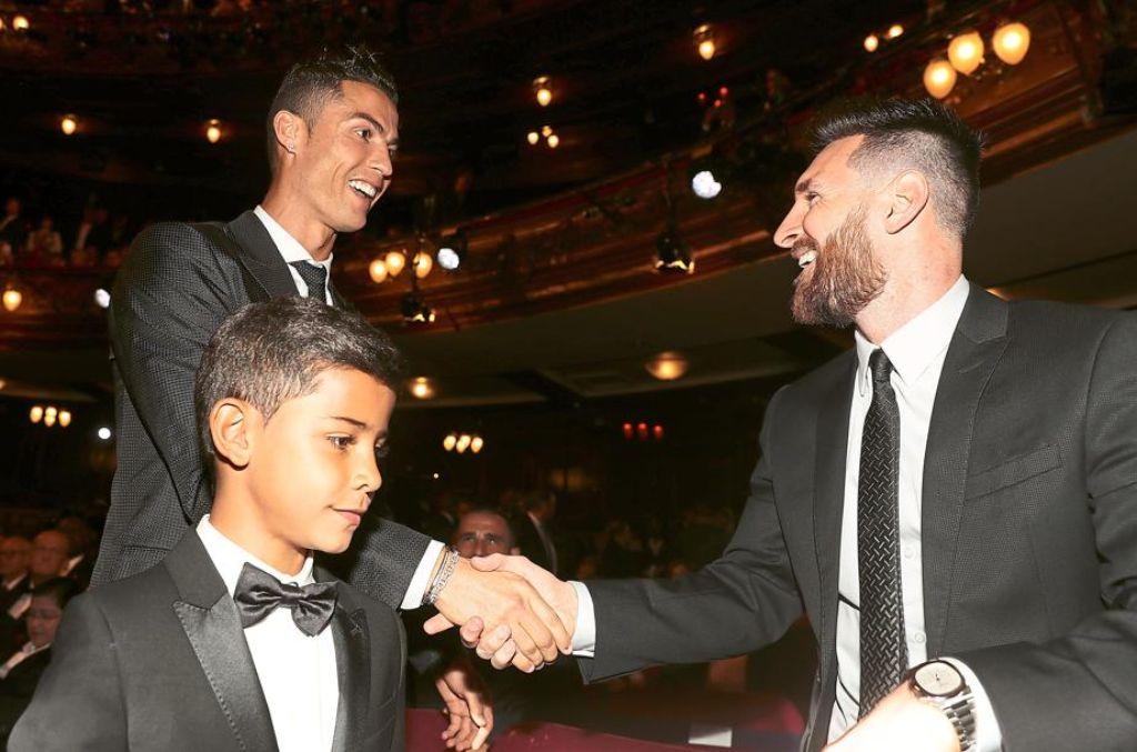 Lionel Messi Rechts Gratuliert Christiano Ronaldo Zu