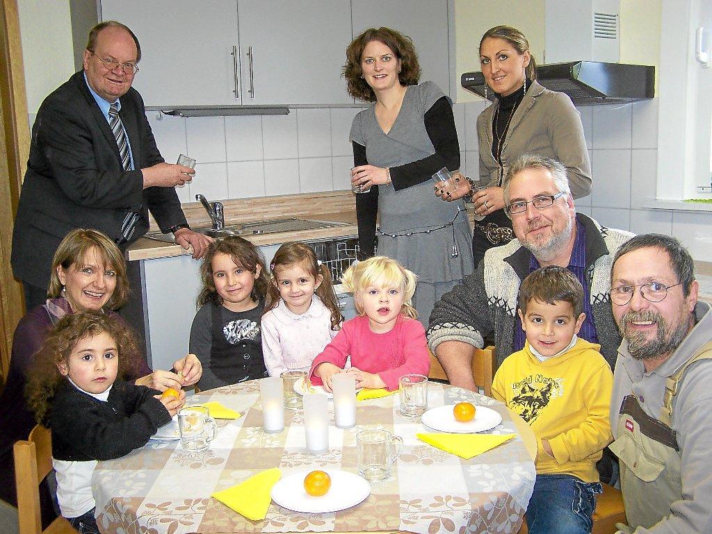 So Viele Erwachsene Sind Nur Zur Offiziellen Einweihung In Der Neuen Küche  Des Schwenninger Kindergartens Charlottenpflege