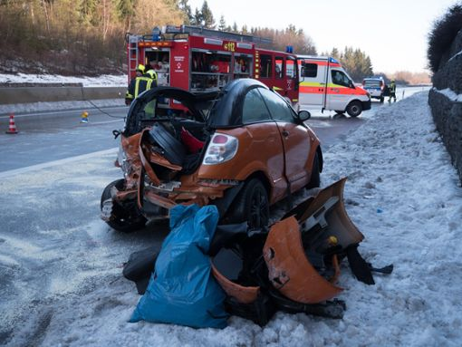 Die Feuerwehr musste die junge Frau aus ihrem Auto befreien. Foto: Heidepriem