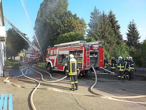Schnell leitete die Feuerwehr die Brandbekämpfung ein. Foto: Feuerwehr