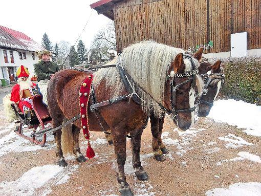 Im Schlitten reist der Nikolaus zum Tannheimer Kindergarten.  Foto: Kolping-Familie Foto: Schwarzwälder-Bote