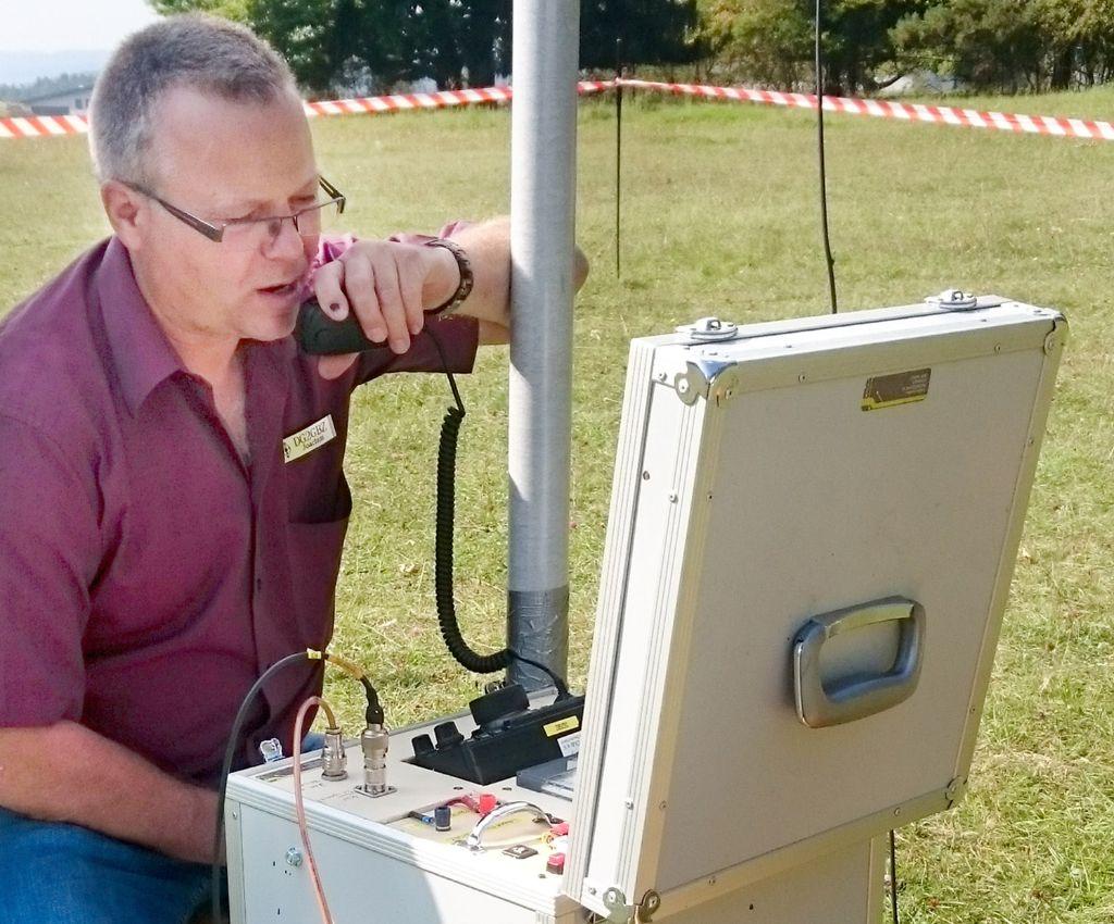 Joachim Harteker, DG2GBZ, aus  Göllsdorf beim Funkbetrieb mit seinem Notfunk-Koffer. Foto: DARC Foto: Schwarzwälder-Bote