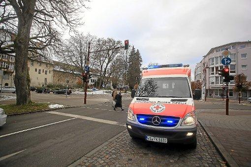Der Rettungsdienst des Deutschen Roten Kreuzes, hier der Rettungswagen aus Villingen, muss oft zu Einsätzen ausrücken, die nicht als Notfall gelten. Schuld daran sind Patienten, die die ständige Verfügbarkeit des Rettungsdienstes ausnutzen oder ihre Krankheitssymptome falsch deuten. Foto: Marc Eich