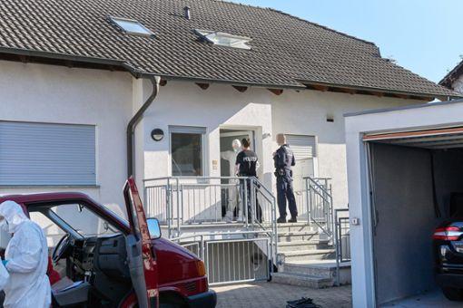 Der Tatort am Mittwochmorgen: Die Ermittler suchen nach Spuren in und um das Haus von Michael Riecher.  Foto: Lück