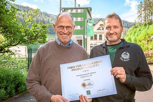 Geschäftsführer Michael Ketterer (links) und Diplom-Braumeister Klaus Vogt freuen sich über die 30. Auszeichnung mit dem Preis für langjährige Produktqualität. Foto: Ketterer Foto: Schwarzwälder Bote
