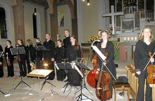 Das Barock-Ensemble Chapelle de la Vigne beim Konzert in Schiltach, in der Mitte die Gesangssolisten (von rechts): Claudia Ehmann (Sopran), Till Schumann (Alt), Sonja Bühler (Sopran) und Karsten Müller (Bass).   Foto: Rombach Foto: Schwarzwälder-Bote